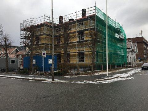 Påbegynt ombygging: Utbygger antar at leilighetene i Pay-villaen og nybygget blirinnflytningsklare om et år. I villaen har rehabiliteringsjobben startet.