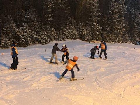 Ny opplevelse: Familier fra Barnas Stasjon koste seg på slalåm i Kjerringåsen.