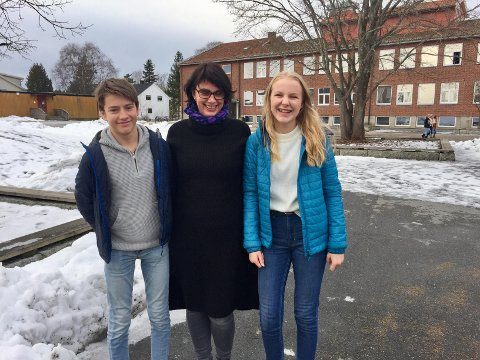 KARAKTERFRI: Elev Eivind Langgård, lærer Else-Marie Hansen og elev Jenny Gladheim Andersson på Gressvik ungdomsskole. Lærerne er godt fornøyde med karakterfri hverdag, blant elevene er det delte meninger.