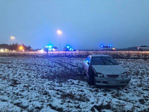 Fra denne bilen ble tre personer, to voksne og ett barn, kjørt til sykehus på Kalnes. I følge Østfold-politiet fremstod ingen av de tre som alvorlig skadet.