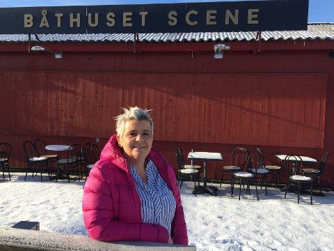 PLANER: – Fronten mot elva skal i løpet av marsmåned glasslegges, og til sommeren planlegger vi uteservering, sier Agnethe Fagerås som er daglig leder på Båthuset Scene.