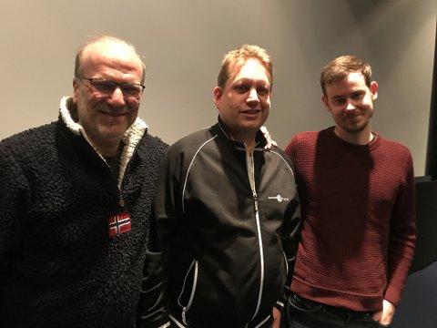 """Skuespeiller Ingar Helge Gimle (til venstre) og regissør Henrik Martin Dalsbakken (til høyre) hadde tatt turen til Fredrikstad kino for å se og prate om filmen """"Rett vest"""". I midten, kinosjef Jørgen Sødeberg Jansen."""