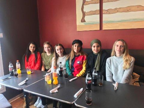 STJERNEMØTE: Laila Al-Hassnawy (nummer to f.h) tok med seg venninnene Sara Haj Taieb (13 t.v), Thea Marie Myrseth Mathisen (13), Selma Bozan (14) og Pernille Svendsen Hageselle (14, t.h) til den eksklusive meet & greeten med Amanda Delara (midten) på Tiramisu Café og Restaurant onsdag ettermiddag.