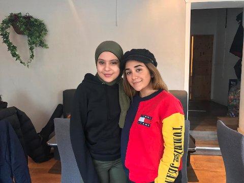 Konkurransevinner Laila Al-Hassnawy (t.h) kunne knapt tro at idolet Amanda Delara (t.v) kom helt til Fredrikstad for å møte henne.