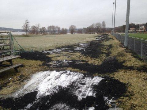 STORE HAUGER: Slik ser det ut på Moabanen på Greåker. Store mengder granulat ligger rundt banen som har blitt  etter snøfresing. Slik er det på mange kunstgressbaner.