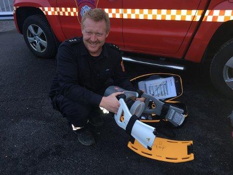 Brannmester Jørn Bustgaard på Hvaler viser frem den nye brystkomprimeringsmaskinen.