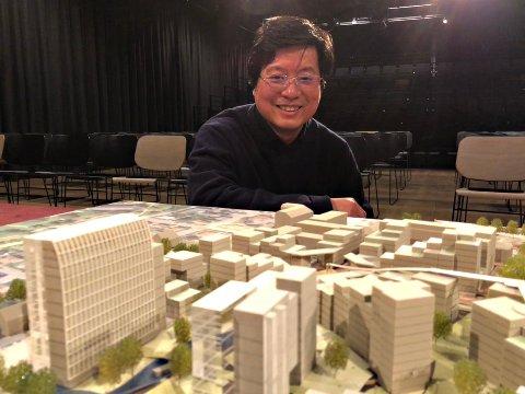 Kan Cao blir beskrevet som en hardtarbeidende, sta og beskjeden forretningsmann. I årene fremover skal han utvikle det gigantiske sykehusområdet på Cicignon.