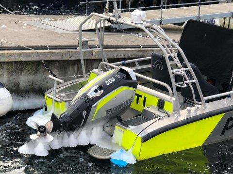 Is-sjegg: Isen henger ned fra stammen på den kraftige motoren på politibåten på Skjærhalden. Politiet er jevnlig ute og fjerner is og starter motoren.