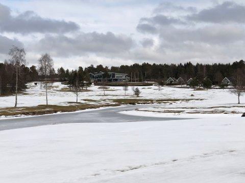 VINTERLANDSKAP: Slik så det ut på Onsøy golfklubb mandag 26. mars. Her blir det ikke golfing med det første.