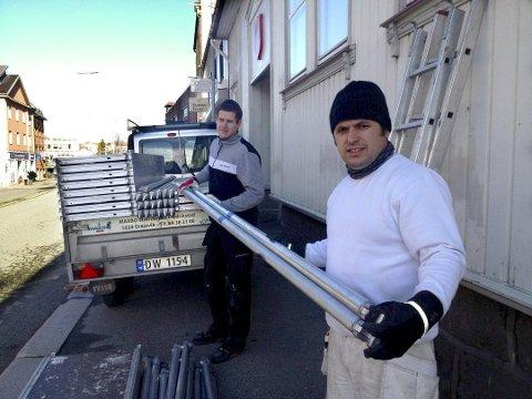 Gjup Hyseni (til høyre) fra Kosovo og Rafal Krysztofinski fra Polen har kommet til Fredrikstad for å jobbe er to av mange som har kommet til Fredrikstad for å jobbe de siste årene. – Vi har fått en ny fremtid med jobb i Norge, har de tidligere fortalt FB i et intervju.