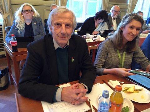Vil gå videre: Bystyrerepresentant Henning Aall (MDG), her sammen med partikollega Ida Julsen i det forrige bystyremøtet, varsler at han vil sende klage for måten ordføreren håndterte debatten på. (Arkivfoto: Øivind Lågbu)