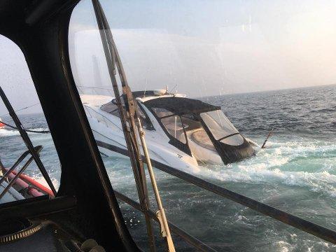 Slik lå båten da Sjøräddningssällskapet i Strømstad kom til båten som gikk på et skjær utenfor Strømstad fredag kveld.