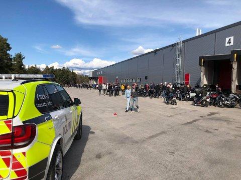 Politiets innsatsleder måtte avslutte arrangementet og be folk forlate stedet. (Alle bilder: Tobias Nordli)
