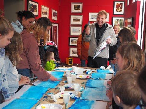 MALEKURS: Vebjørn Sand i full sving med å lære barna de samme teknikkene han lærte da han var liten.