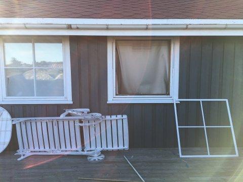 FJERNET VINDUET: Ved flere av hyttene skal tyvene ha fjernet vinduene for så å ta seg inn i bygningen.