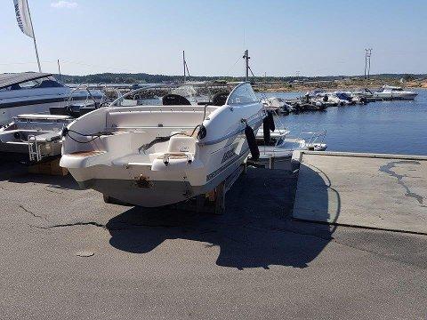 STÅR RIBBET TILBAKE: Båten er frastjålet motor og annet nødvendig utstyr.
