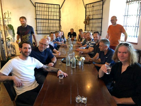 Steiker: Alle de rundt 40 NRK Østfold-journalistene som er organisert i Norsk journalistlag er nå ute i streik. Her er de samlet til streikemøte på Cafe Magenta noen få minutter etter streiken var i gang klokken 13.01 i dag.