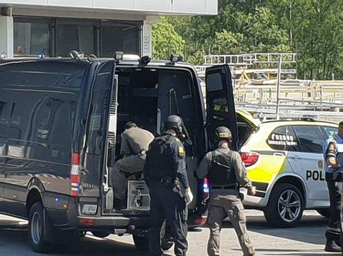Politiets bombegruppe: Bombegruppa har rykket ut til Ørebekk fra Oslo for å sikre stedet og håndgranaten som ble funnet i formiddag.