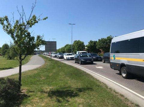 Lange køer og manuell trafikkdirigering etter kollisjonen.