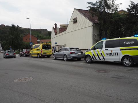 ULYKKE: Fotgjenger er påkjørt i Halden sentrum. Personbilene på bildet var ikke involvert i ulykken.