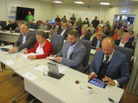 Kommunestyrets møte torsdag: Foran fra  høyre, Lars Egil Lande fortsetter i Høyre, Bjarte Bjønnes har meldt seg ut, Lillian Nordahl, fortsetter i Høyre, og Thomas Grøtvedt har meldt seg ut.