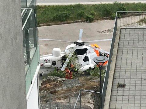 TIL SYKEHUS: Her blir gutten brakt om bord i helikopteret som bringer ham til sykehuset. Livreddende innsats fortsetter i helikopteret, får FB opplyst.