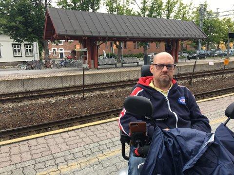 Oppgitt: Rullestolrampen manglet på spor 2 (bak på bildet), så Glenn Tore Clausen fikk løfte om at toget skulle kjøre inn på spor 1. Det gjorde det ikke.