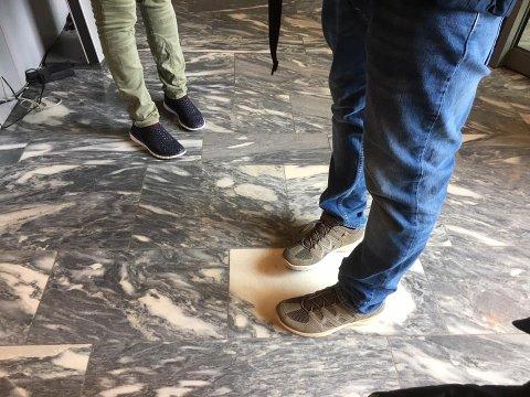 Disse beina tilhører min forfølger: Slik beskriver Elin Marie Rud sin opplevelse på facebook. Bildet tok hun rett før hun og Ole Henrik skiltes på Servicetorget i Rådhuset.
