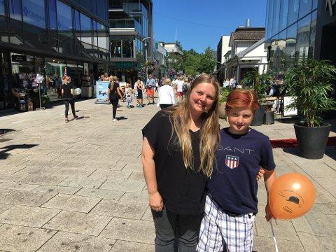 Bytur: Snorre Helgesen (12) er i byen med venner en gang i uken. Da spiser de kebab og titter i Torvbyen. Mamma Anette Helgesen foretrekker gågata hvis hun skal handle.