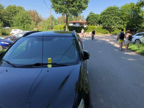 KAOS: Noen fikk gebyr, men mange slapp unna med en advarsel. Nå ber parkeringssjefen badegjestene i Foten om å tenke seg om to ganger når man parkerer.