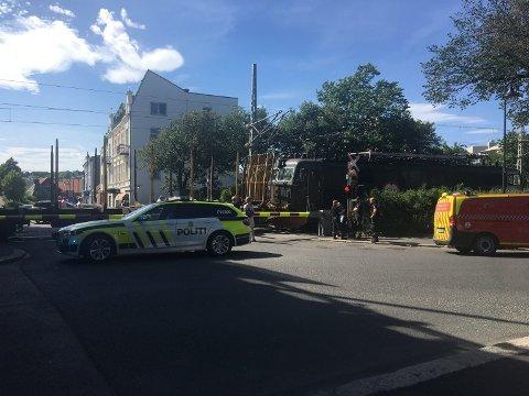 FULL STOPP: Bilen ble stående mellom bommene på nordre overgang da godstoget kom. (Foto: Trine Urstad)