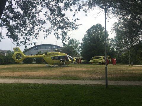 Brannvesenet har ryddet området så helikopteret kan lande. (Foto: Christine Heim)