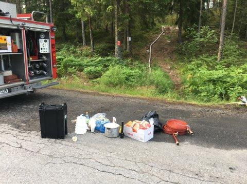 Brannen her er omlag 700 meter fra riksvei 21. Slanger er dratt fra veien og gjennom skogen