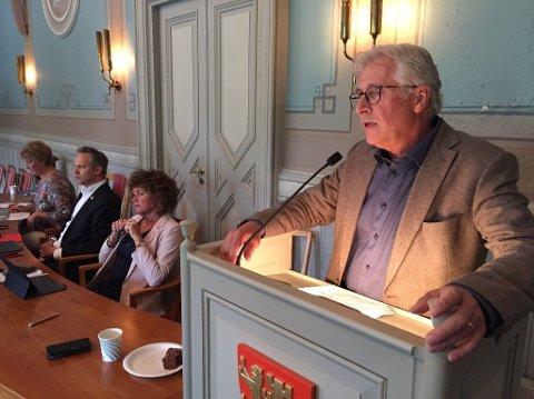 IKKE BESTEMT SEG: Rådmann Ole Petter Finess på bystyrets talerstol under møtet der hele opposisjonen  fremmet mistillit overfor ham, mens posisjonen fremmet sterk kritikk. Han har fortsatt ikke bestemt seg for hvilke konsekvenser dette skal få.