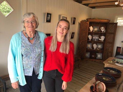 Bestemor Mary Shaw og barnebarnet Jenny hadde sin første utstilling sammen i fjor. Fredag åpnet de til ny sommerutstilling på Vikane.
