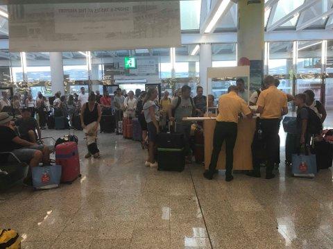 KØKAOS: Malin Cathrine Holum Lie tok dette bildet ava køkaoset på flyplassen på Mallorca tirsdag kveld. Ingen av turistene kom seg hjem da flyet ble kansellert.
