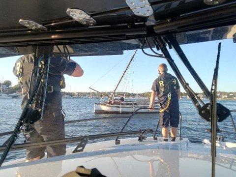 Dratt av grunnen: Redningsskøyta assisterer en seilskøyte som har grunnstøtt utenfor Gressvik