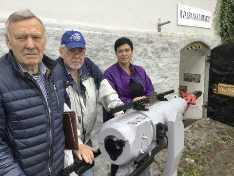 Hvor skal kanonen stå? Asbjørn Arvesen, leder av Østfold Hvalfangerklubb, Bjørn Jørgensen, bestyrer ved Hvalfangermuseet, og Hege Langvik, konservator ved Fredrikstad Museum, ved harpunen som ble fjernet fra det nedlagte hvalfangermuseet i Gamlebyen.