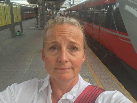 Frustrert: Pendler Cecilie Matheson fra Fredrikstad ble lei av å vente på toget tirsdag. Da det endelig kom, ble det så smekkfullt at hun heller valgte å overnatte hos datteren i Oslo enn å stå hele veien hjem.