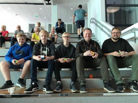 """Rubiks kube er fellesnevneren for denne gjengen: Fra venstre Henry Wilhelm Solmyr, arrangør Christian Alsaker Henriksen, fersk norgesrekord-holder  Stian Nystad Østli, """"veteran""""-deltaker Peter Anderson og frivillig og pappa Rune Solmyr."""