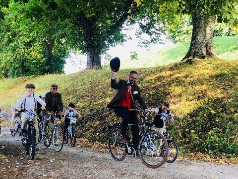FØRSTEMANN I MÅL: Første pulje syklet inn i Gamlebyen rett rundt klokken 16 lørdag. I Kommandanthaven ventet forskjellige godsaker av den britiske sorten.