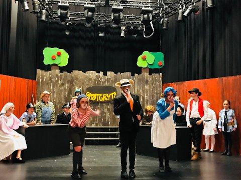 SPEILET: Med både gjennomførte kostymer og ansiktsmaling, er medlemmene i Kaos sang og teater klare til å sette opp kriminalkomedien «Grøt».