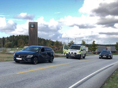 Bilen fikk skader i siden. Elgen har trolig løpt til skogs etter sammenstøtet.