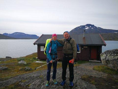 TURVENNER: Arne Nyborg traff Lea fra Tyskland og fikk følge den mest krevende strekningen fra hytta Pauro (i bakgrunnen) til hytta Røsvatn.