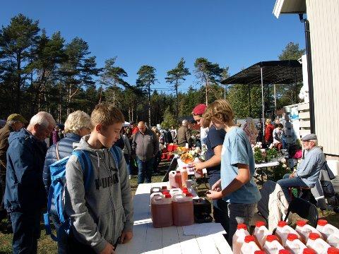 KANNE PÅ KANNE: På årets eplefestival ble det presset juice fra 220 bæreposer med epler som skoleelever har plukket. Absolutt alt gikk med. Håkon Hasløgård står nærmest kamera. (Foto: Privat)