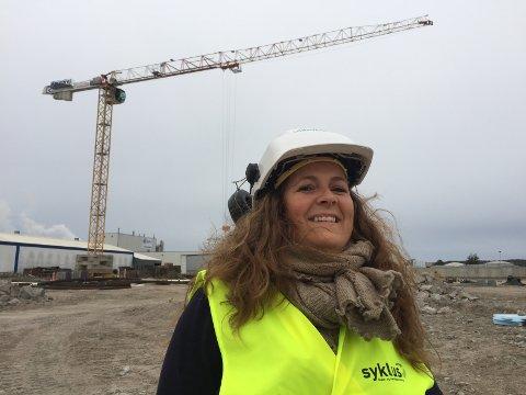 Bygger gigantanlegg for glass: Sirkels KS-sjef Anette Fossum Lie på tomten i Kortbølgen, som ligger mellom Gyproc og Europrislageret på Øra. (Foto: Øivind Lågbu)