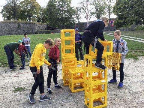 VIL HØYT OPP: Theo Rødli Wrede stabler kasser som han selv klatrer på, hjulpet av William Vale Sotvedt, Sander Konstantus Solbrække og Ole-Einar Skaar. Lasse Kristiansen (bak) overvåker sikkerheten.