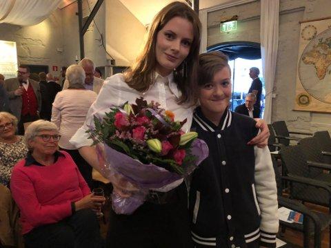 Roskva Koritzinsky (29) fikk en god klem av  lillebror Emil (12) etter prisutdelingen i Gamlebyen torsdag.