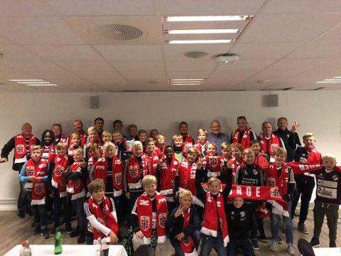 LYSTIG TORSNES-GJENG: Torsnes ILs unge fotballspillere gjorde seg bemerket på Ulleaal Stadion som supportere torsdag.