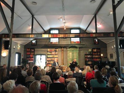 TEGLHUSET: Det var ikke et sete ledig da Ketil Bjørnstad ble intervjuet i en time av Finn Stenstad under litteraturfestivalens tredje dag.